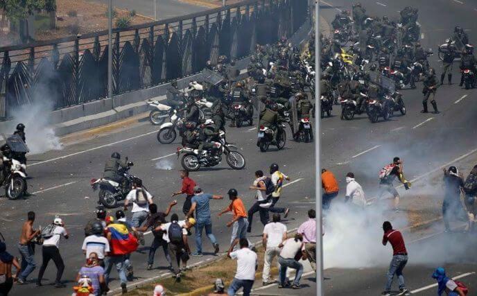 """Guaidó llama a """"acabar con la usurpación"""" e insta a las tropas a levantarse"""