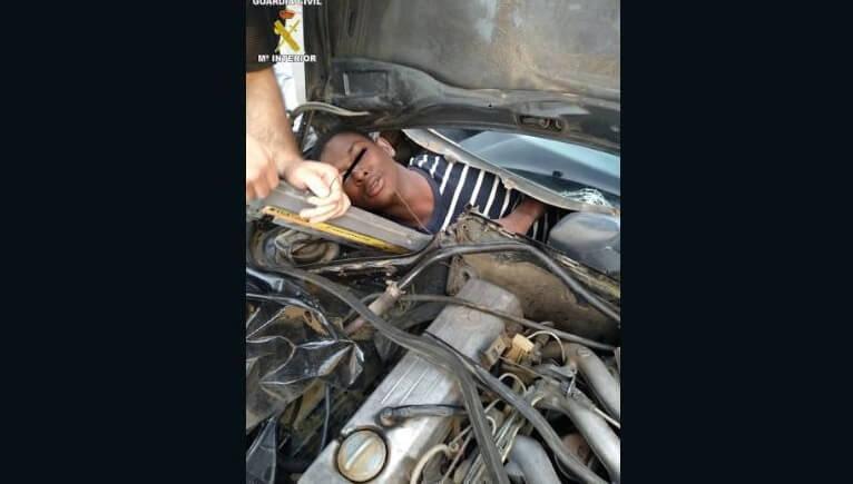 Encuentran a un hombre oculto detrás de la guantera de un auto en su intento por entrar a Europa