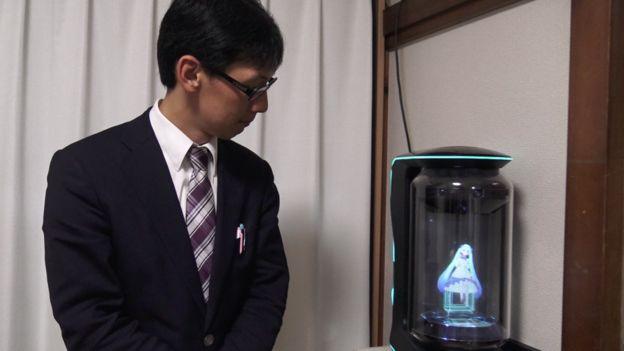 """Me casé con un holograma: es difícil de entender, pero debería ser respetado"""