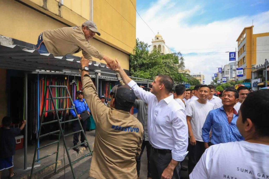 Avanza el reordenamiento del centro de San Salvador gracias al buen diálogo del alcalde Ernesto Muyshondt con los comerciantes