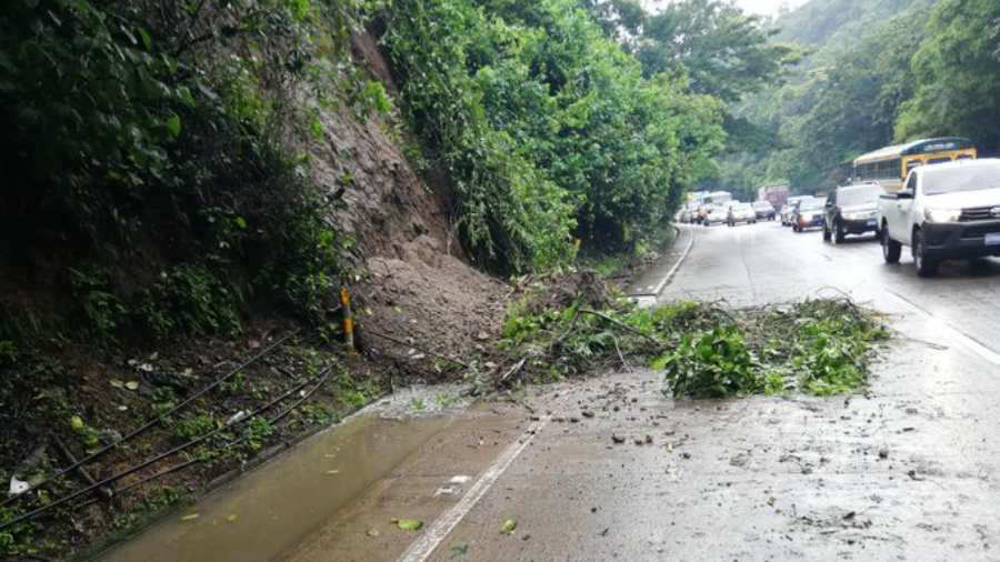GALERÍA: Derrumbes, árboles caídos y tráfico en diferentes zonas de El Salvador