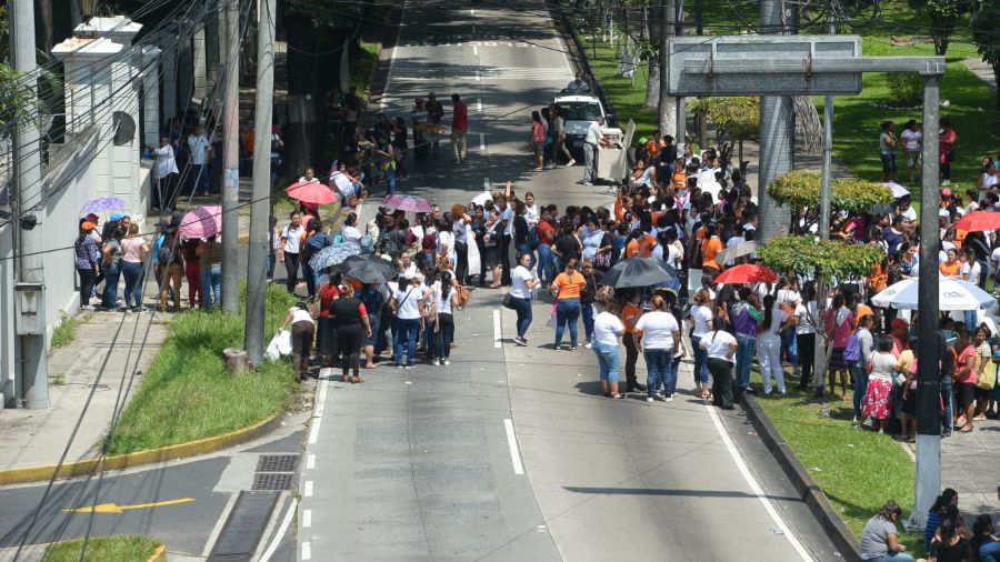 Empleadas de Mister Donut protestaron frente a Casa Presidencial por cierre de restaurantes
