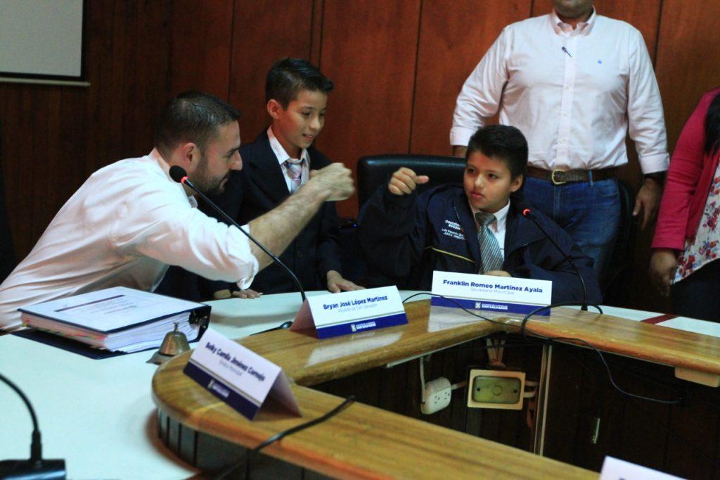 Alcalde Ernesto Muyshondt invitó a estudiantes al primer Concejo Municipal infantil en la Alcaldía de San Salvador