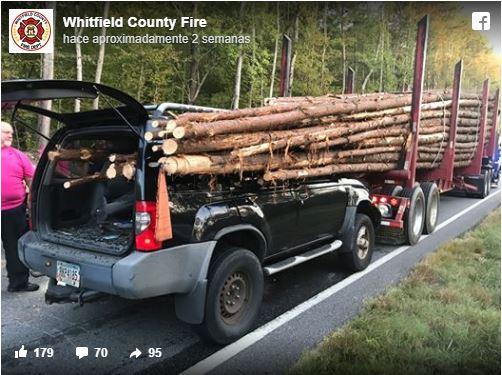 Conductor se estrella contra un camión cargado con troncos y se salva por unos centímetros