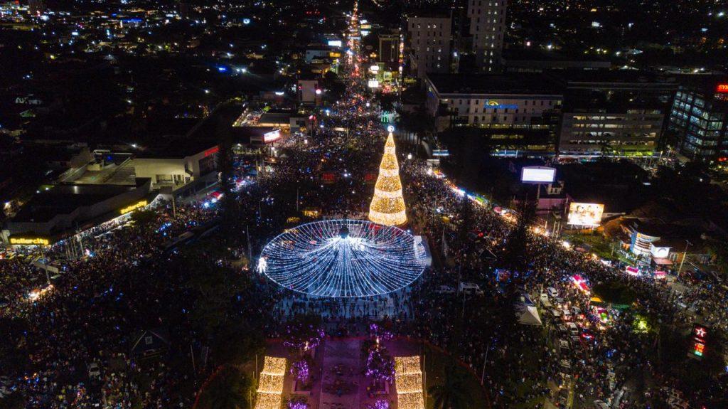 El Árbol de Navidad mas grande de Centroamérica ya esta encendido