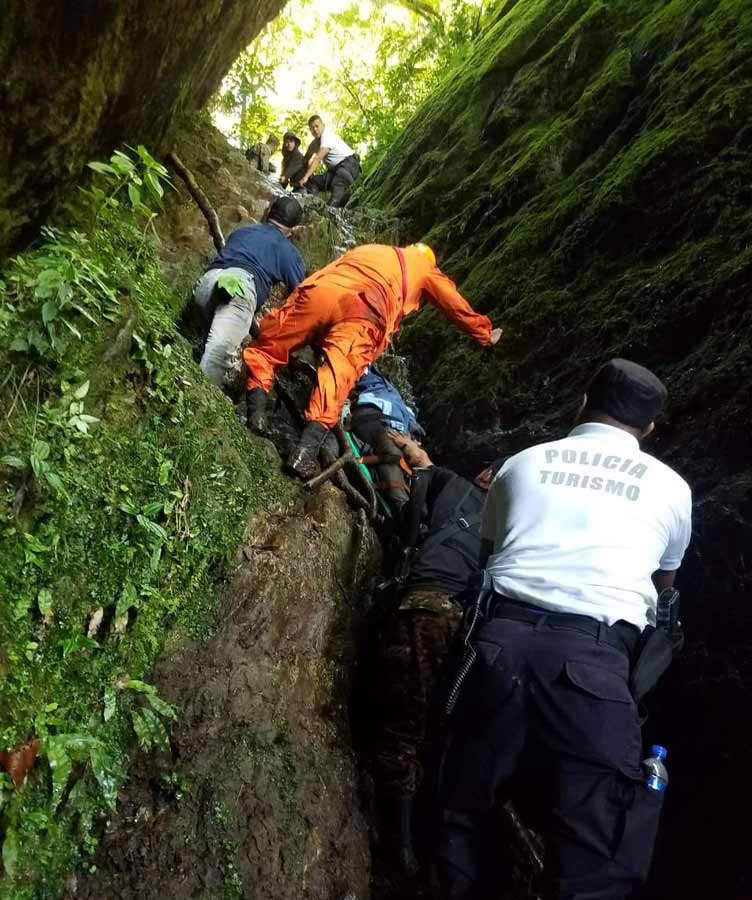 Rescate de una turista que cayó en un precipicio en El Pital