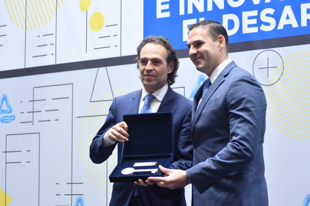 Alcalde de San Salvador, Neto Muyshondt, entrega llaves de la Ciudad al alcalde de Medellín, Federico Guti