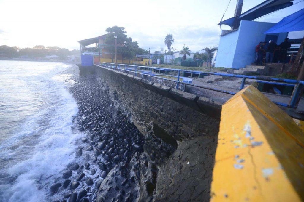 Malecón del puerto La Libertad con daños estructurales