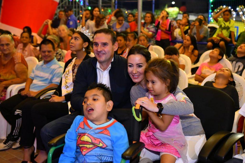 Alcalde Neto Muyshondt inaugura iluminación navideña en comunidad Iberia