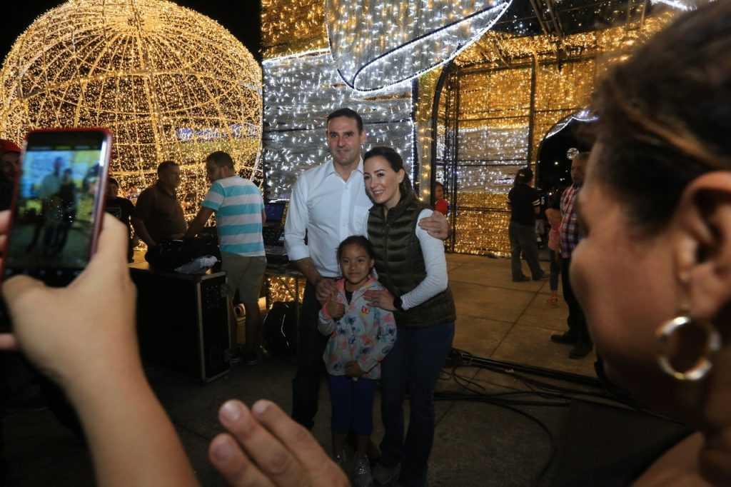 GALERÍA: Alcalde Muyshondt inaugura  iluminación en redondel  Constitución