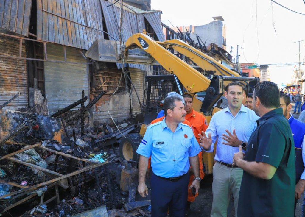 Alcalde Neto Muyshondt dará apoyo y ayuda a comerciantes afectados por incendio en mercado central