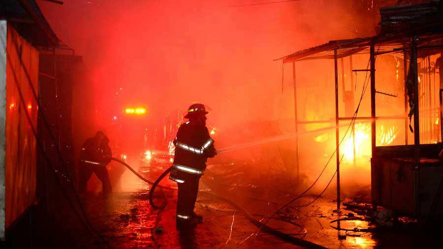 Incendio que consumió multiples negocios en el centro de San Salvador
