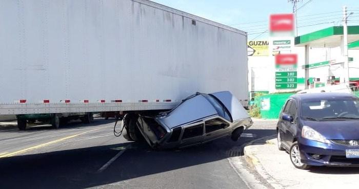 Accidente con un furgón dejo aplastado vehículo particular