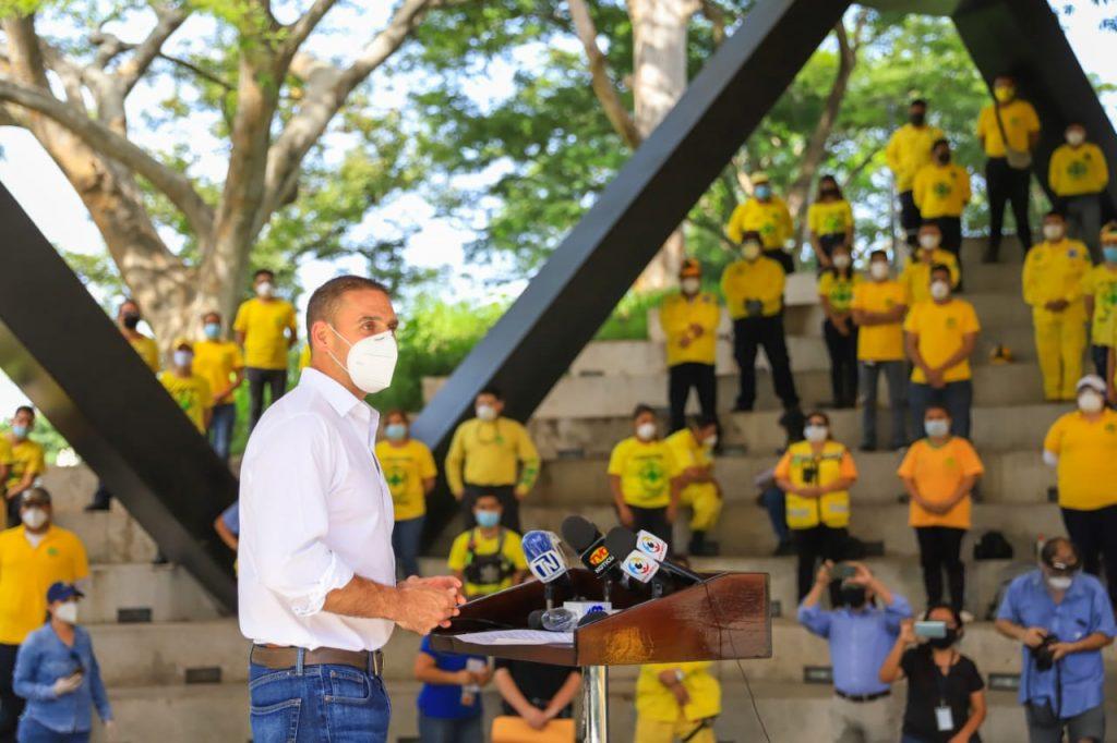 Alcalde Neto Muyshondt entrega víveres a miembros de Comandos de Salvamento
