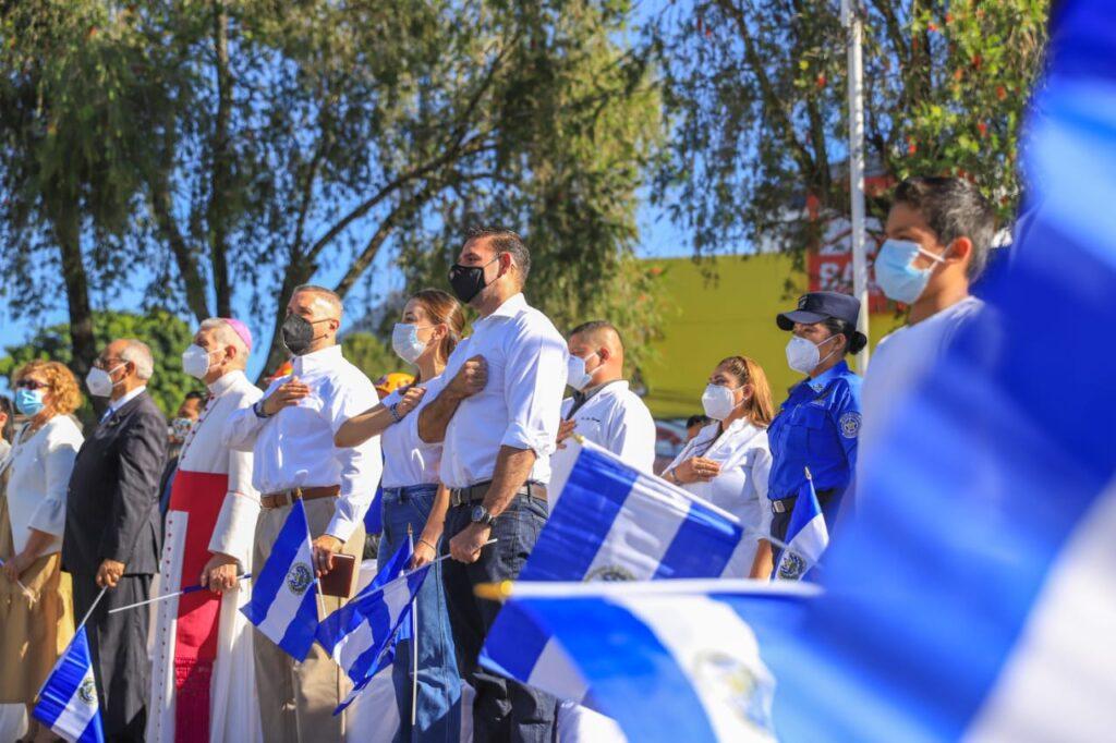 Como símbolo de la resiliencia del salvadoreño, alcalde Neto Muyshondt iza la bandera más grande de Centroamérica