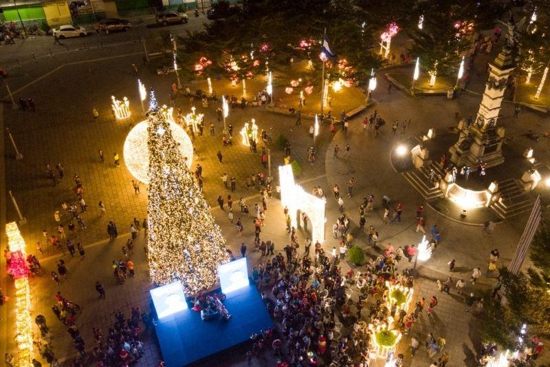 Como símbolo en mensaje de esperanza alcalde Neto Muyshondt iluminó plaza Libertad